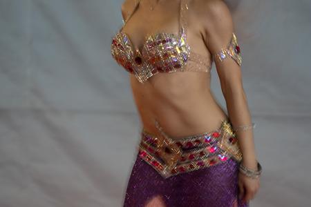Detalle de movimiento hermoso de bailarina oriental oriental