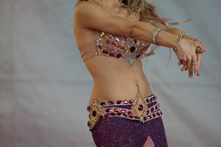 Oriental belly dancer beutiful move detail Banco de Imagens - 120347872