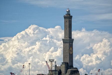 simbolo della città del faro della lanterna di Genova sullo sfondo del cielo nuvoloso sky