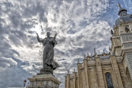 John Paul second pope statue madrid spain cathedral Standard-Bild