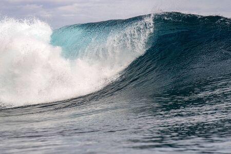 Grande dettaglio del tubo dell'onda di surf nell'oceano pacifico polinesia francese tahiti