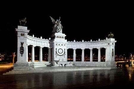 """El Hemiciclo Benito Juárez es un monumento neoclásico en la Ciudad de México. Inscripción trama inglesa """"Al meritorio Benito Juárez, la Patria"""""""