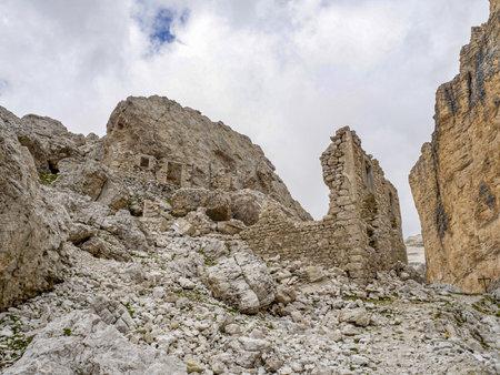 abandoned shelter in tofane dolomites mountains panorama landscape Stockfoto