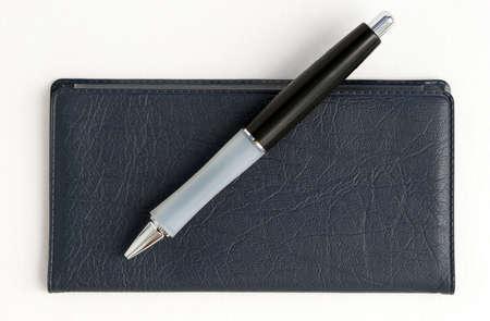 checkbook: Talonario de cheques y pluma