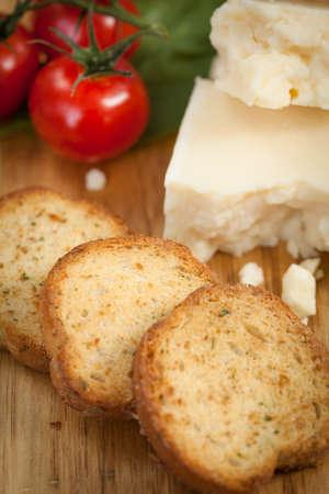 tabla de quesos: Queso y placa de tomate con pan de cerca