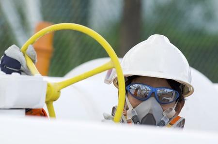 refiner�a de petr�leo: T�cnico de los trabajadores de petr�leo y gas se abre la v�lvula de