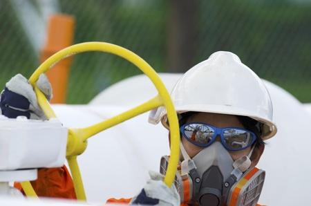 seguridad industrial: Técnico de los trabajadores de petróleo y gas se abre la válvula de
