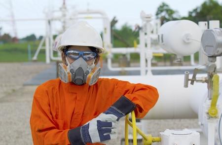 seguridad industrial: T�cnico de petr�leo y gas de los trabajadores abrir la v�lvula de