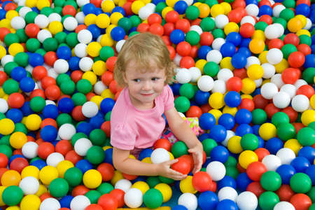 meisje met gekleurde ballen