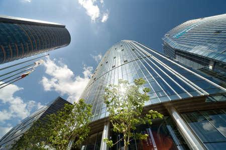 kantoor centrum en de blauwe hemel