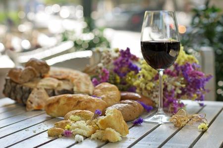 santa cena: Pan blanco francés a bordo de madera con el vidrio de vino Foto de archivo