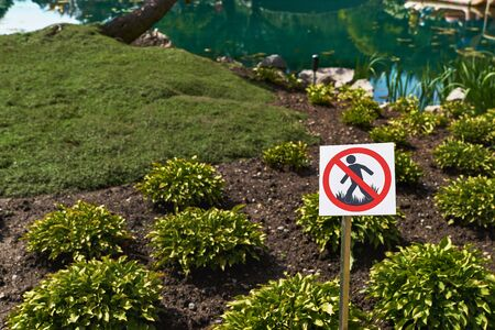 Sign Prohibiting walking on the lawn outdoor nature sugns symbols.. Forbiddance, walking on green grass. Imagens
