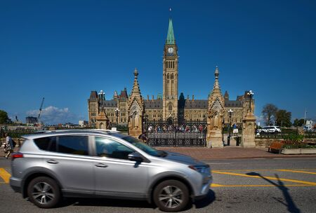 Ottawa, Ontario, Canada September 18, 2018: The Canadian Parliament Peace Tower with flag at noon in Ottawa Canada. Redactioneel