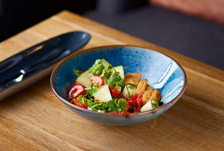 chicken salad with tomatoes and cucumber on the table Banque d'images