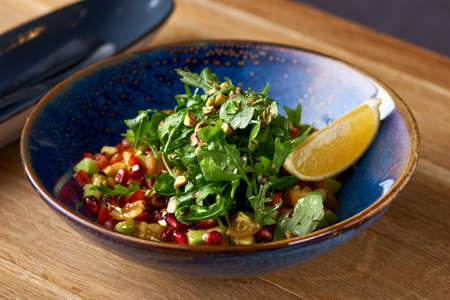 Healthy vegetarian salad avocado, pomegranate and sesame in plate on the table Banque d'images