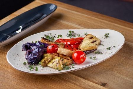 Tasty grilled vegetables on pan on dark background. Healthy food, summer food concept. Banque d'images