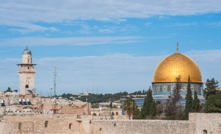 prayer tower: Dome of the Rock  right  and the prayer tower of the Chain - Silsilah Minaret, Jerusalem, Israel  Stock Photo