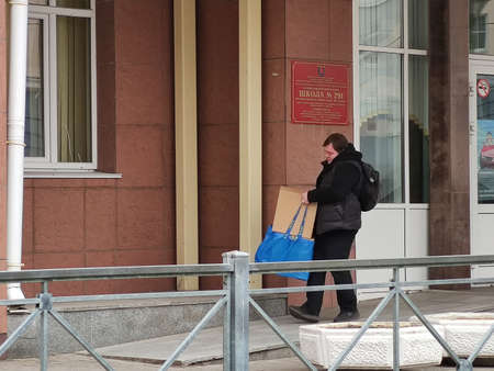 April 6, 2019, St. Petersburg, Russia: A man carries bags and boxes of food for school children. Assistance to parents in financial difficulties during the COVID19 coronavirus pandemic Redactioneel