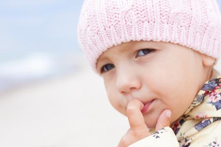 입에 손가락으로 생각하고 찾고있는 아이 소녀