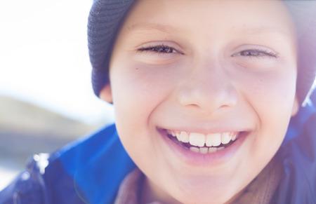 행복 한 아이 소년 미소 근접 촬영 야외 조명