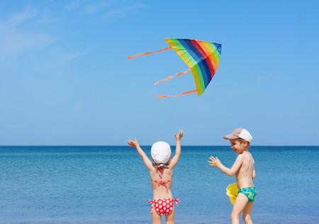 papalote: Playa NI�OS cometa hermanos juegan divierten juntos