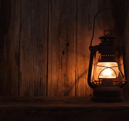 랜턴 램프 빛 어두운 나무 벽 테이블 배경