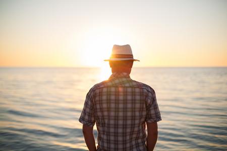 사람이 서있는 백라이트 일몰 조명이 다시 여름 저녁 해변을 볼 수 스톡 콘텐츠