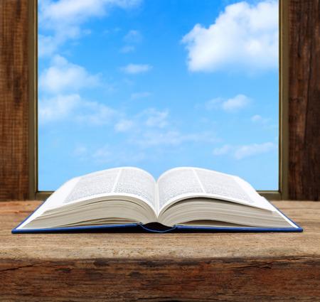 vangelo aperto: immaginare concetto pagina del libro finestra aperta vista del cielo