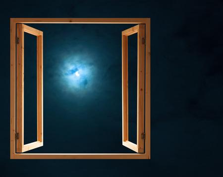 창 열기 어두운 밤 반 달 빛보기 스톡 콘텐츠