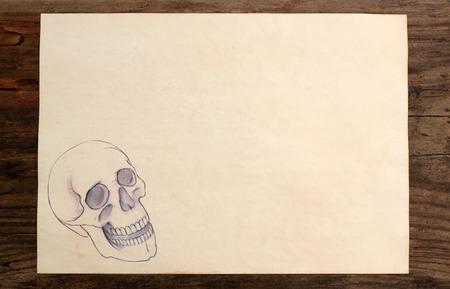 Schädel Hand zeichnen paper blank Holzuntergrund Standard-Bild