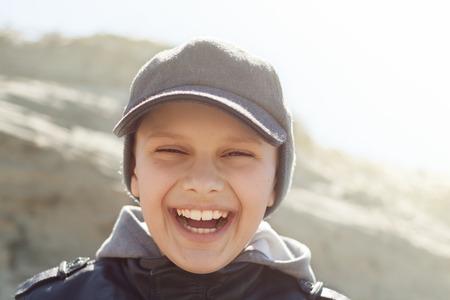 Hintergrundbeleuchtung Kind close up glücklichen Lächeln Porträt im Freien Standard-Bild