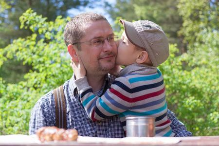 Eltern-Kind glücklich umarmt Outdoor-Lifestyle