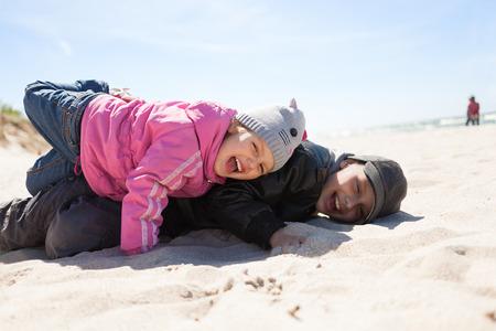 Kinder spielen Spaß emotionalen Strand-Saison Kleidung