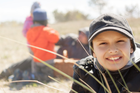 Kinder glückliches Lächeln, Picknick im Freien, in der Nähe, auf dem Rasen lag, flache DOF