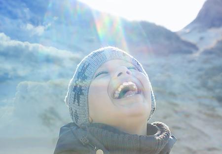 행복한 사람들이 야외 이중 노출 렌즈 플레어 백라이트