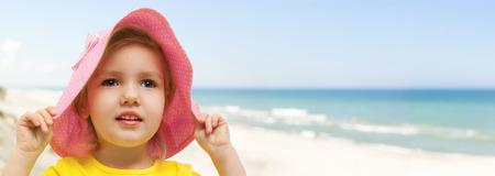 어린이 해변 파노라마 손을 잡고 모자
