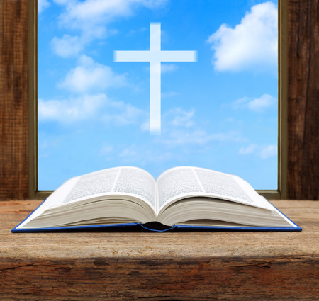 cielos abiertos: Biblia abierta christian cielo claro cruz vista de la ventana de madera DOF bajo Foto de archivo