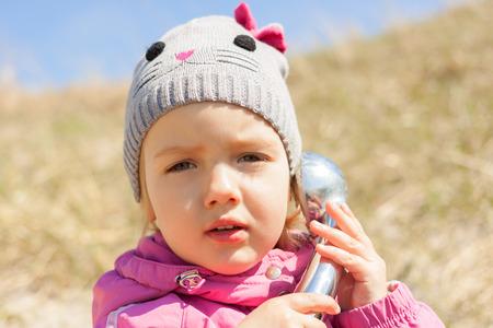전화 이야기 아이 호기심 근접 촬영 야외 커뮤니케이션 개념 스톡 콘텐츠