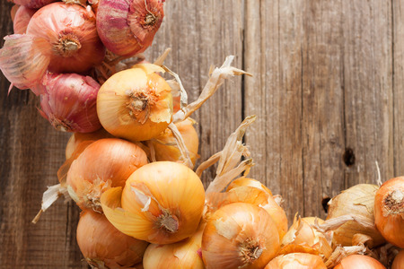onions brunch wooden wall background Standard-Bild