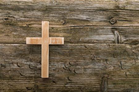 christian legno vecchia croce su fondo in legno simbolo cristianità Archivio Fotografico