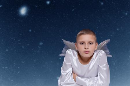 크리스마스 밤에 떨어지는 눈 배경 천사 아이