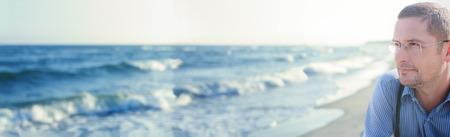 panorama ocean panoramic view man thinking or meditating portrait Standard-Bild