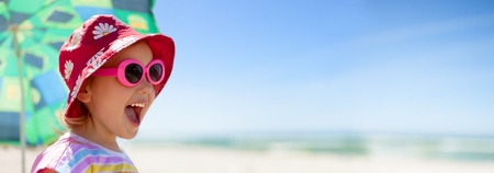 acampar: niño panorámica vacaciones de verano feliz de la playa Foto de archivo