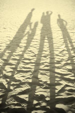 해변 일몰 그림자에 행복 한 큰 가족