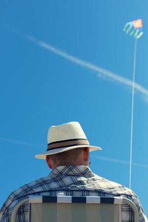남자 다시보기 맨 위로 비정상적인 관점 여행 개념 선택적 포커스