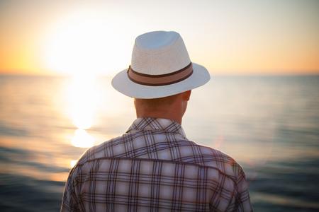 남자 생각 백라이트 일몰 여행 개념 해변 스톡 콘텐츠