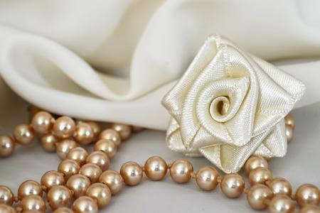 手作りのシルク薔薇と真珠