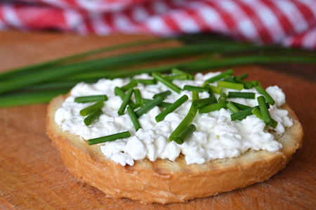 cebollin: El requesón y cebollino en tostada