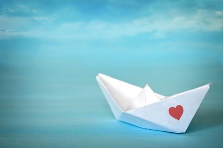 bateau de papier sur fond bleu