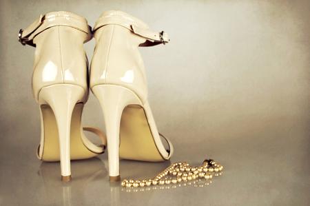 グランジ背景に結婚式の靴